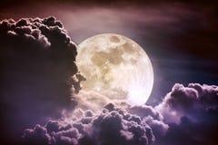 Cielo de la noche con las nubes y la Luna Llena brillante con brillante Vint Foto de archivo libre de regalías