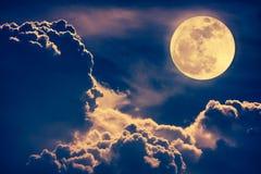 Cielo de la noche con las nubes y la Luna Llena brillante con brillante Vint Imagen de archivo