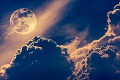 Cielo de la noche con las nubes y la Luna Llena brillante con brillante Vint Fotografía de archivo