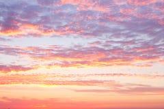 Cielo de la puesta del sol con las nubes Fotos de archivo