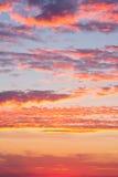 Cielo de la puesta del sol con las nubes Imagen de archivo libre de regalías