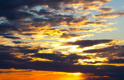 Cielo de la puesta del sol con las nubes Fotografía de archivo