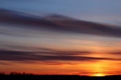 Cielo de la puesta del sol con las nubes dramáticas Foto de archivo libre de regalías