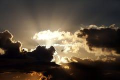 Cielo de la puesta del sol con las nubes oscuras Foto de archivo