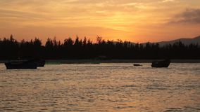 Cielo de la puesta del sol con los barcos de pesca almacen de video