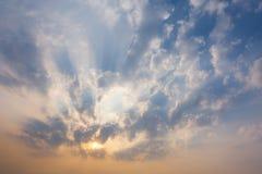 cielo de la puesta del sol con los rayos de la luz que brillan abajo de las nubes y del cielo del paso Foto de archivo