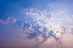 cielo de la puesta del sol con los rayos de la luz que brillan abajo de las nubes y del cielo del paso Imagenes de archivo