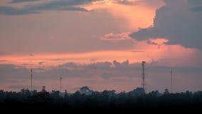Cielo de la puesta del sol con telecomunicaciones Imagen de archivo