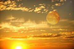 Cielo de la puesta del sol de la tarde Fotos de archivo libres de regalías