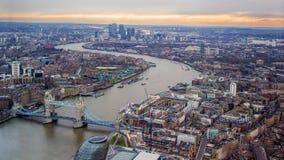 Cielo de la puesta del sol de la tarde de Londres Pareciendo del este, el río Támesis, puente de la torre, Canary Wharf imágenes de archivo libres de regalías