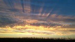 Cielo de la puesta del sol de los rayos solares Imagen de archivo