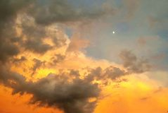 Cielo de la puesta del sol después de una tormenta imagenes de archivo