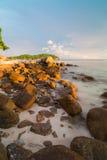 Cielo de la puesta del sol en la playa de Pattaya en Koh Lipe Island Fotografía de archivo