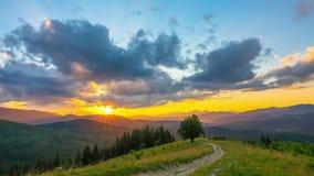 Cielo de la puesta del sol en las montañas metrajes