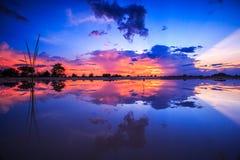 Cielo de la puesta del sol en las tierras de labrantío imagen de archivo libre de regalías