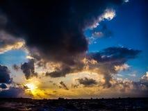 Cielo de la puesta del sol en Maldivas Foto de archivo libre de regalías