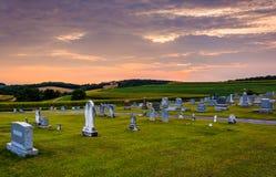 Cielo de la puesta del sol sobre cementerio en el condado de York rural, Pennsylvania foto de archivo
