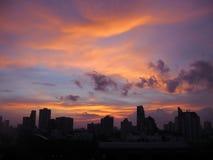 Cielo de la puesta del sol sobre edificios en la ciudad de Bangkok, Tailandia imagen de archivo