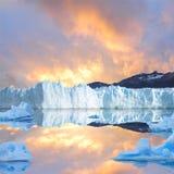 Cielo de la puesta del sol sobre el glaciar. Fotos de archivo