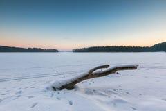 Cielo de la puesta del sol sobre el lago congelado y nevoso Fotografía de archivo