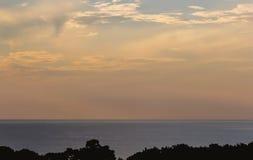 Cielo de la puesta del sol sobre el mar Imagen de archivo libre de regalías