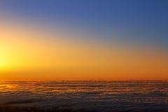 Cielo de la puesta del sol sobre el mar de la neblina de nubes en el La Palma Fotos de archivo libres de regalías