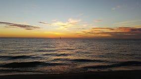 Cielo de la puesta del sol sobre el océano en Australia Foto de archivo