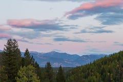 Cielo de la puesta del sol sobre las montañas Fotografía de archivo libre de regalías