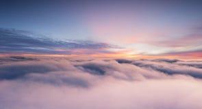 Cielo de la puesta del sol de la ventana del aeroplano fotografía de archivo