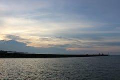 Cielo de la puesta del sol y fondo anaranjados ardientes del mar imagenes de archivo
