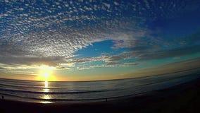 Cielo de la puesta del sol y playa Carlsbad California de Ponto del mar 5 almacen de metraje de vídeo