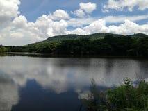 Cielo de la reflexión en el agua Imagen de archivo
