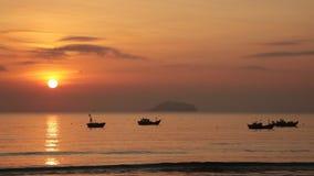 Cielo de la salida del sol con los barcos de pesca metrajes