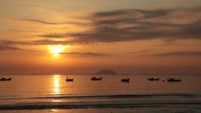 Cielo de la salida del sol con los barcos de pesca almacen de metraje de vídeo