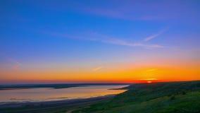 Cielo de la salida del sol sobre el río almacen de metraje de vídeo