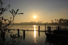 Cielo de la salida del sol y de la mañana en Mae Klong River imagenes de archivo
