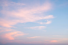 Cielo de la salida del sol y fondo hermosos de las nubes Foto de archivo