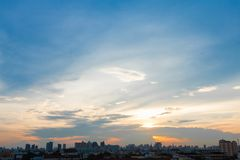 Cielo de la salida del sol y de la puesta del sol en Bangkok Tailandia Imagenes de archivo