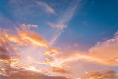 cielo de la subida de la puesta del sol/del sol con los rayos de la luz amarilla y roja que brilla fotos de archivo libres de regalías