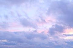 Cielo de la tarde con las nubes mullidas Fotos de archivo libres de regalías