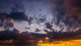 Cielo de la tarde con las nubes oscuras y puesta del sol Fotos de archivo libres de regalías