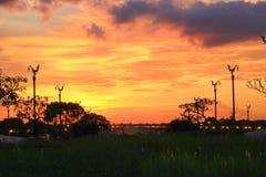 Cielo de la tarde en Thanon Utthayan (camino) de Aksa, Khet Thawi Watthana, Bangkok, Tailandia Fotografía de archivo libre de regalías