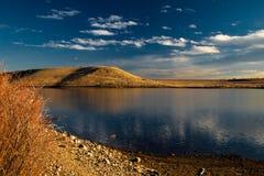 Cielo de la tarde reflejado en el lago imagenes de archivo