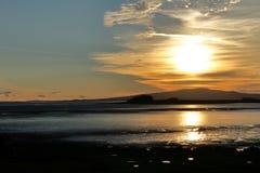 Cielo de la tarde sobre la bahía imagen de archivo libre de regalías