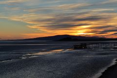 Cielo de la tarde sobre la bahía foto de archivo