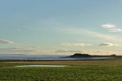 Cielo de la tarde sobre la bahía fotos de archivo