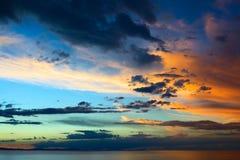 Cielo de la tarde sobre el lago Titicaca en Bolivia Imagen de archivo