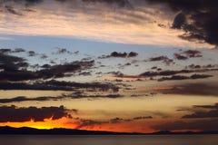 Cielo de la tarde sobre el lago Titicaca en Bolivia Foto de archivo libre de regalías