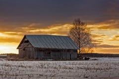 Cielo de la tarde sobre la casa vieja del granero Fotos de archivo libres de regalías