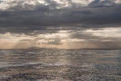 Cielo de la tarde sobre paisaje costero Imágenes de archivo libres de regalías